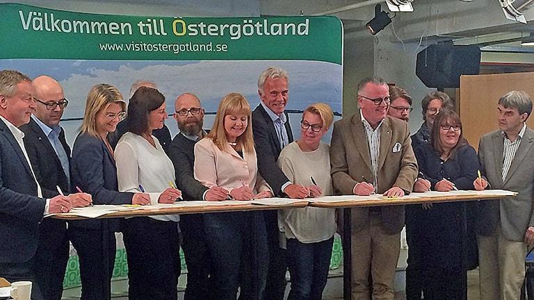 Region Östergötland och företrädare för länets kommuner undertecknar en gemensam avsiktsförklaring kring den regionala besöksnäringsstrategin.
