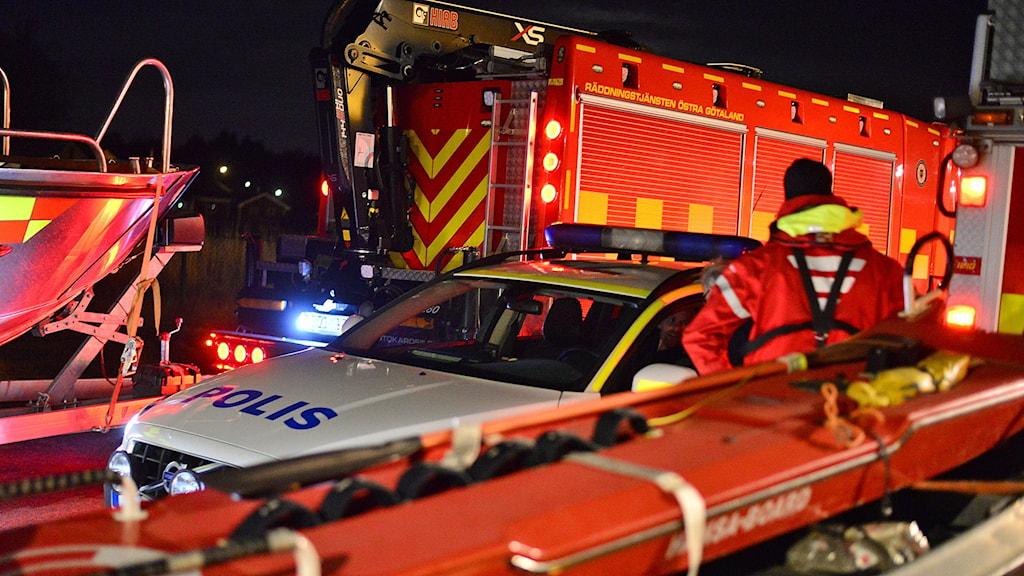 Bilar från räddningstjänsten och polisen.