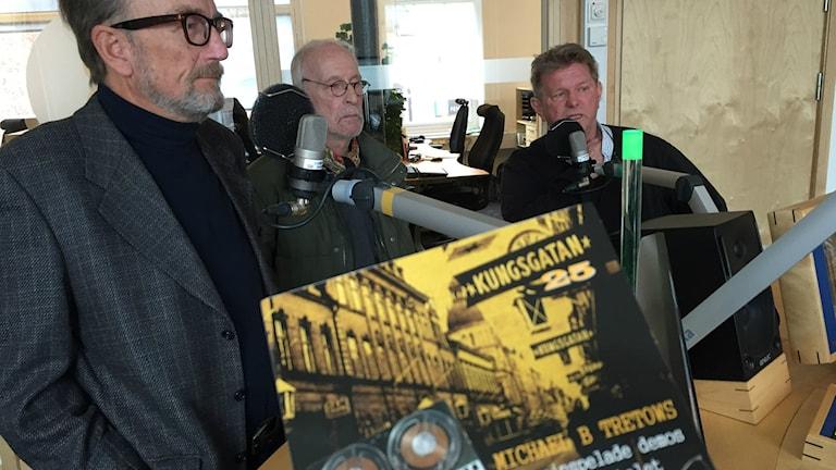"""Björn """"Nalle"""" Söderström, Börje Andersson och Magnus Höjer med skivan """"Kungsgatan 25""""."""