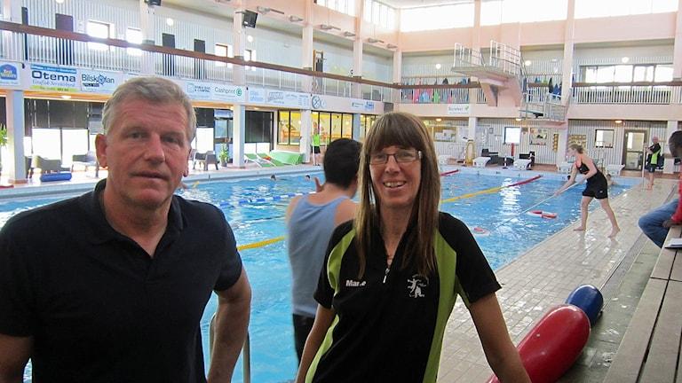 Anläggningschef Thomas Martinsson och badvakt Marie Ekman i Motala simhall vid bassängen.