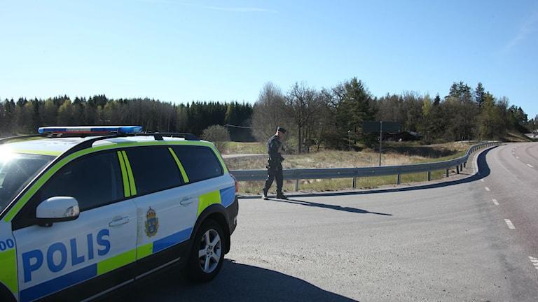 Polisbil i landsvägskorsning.