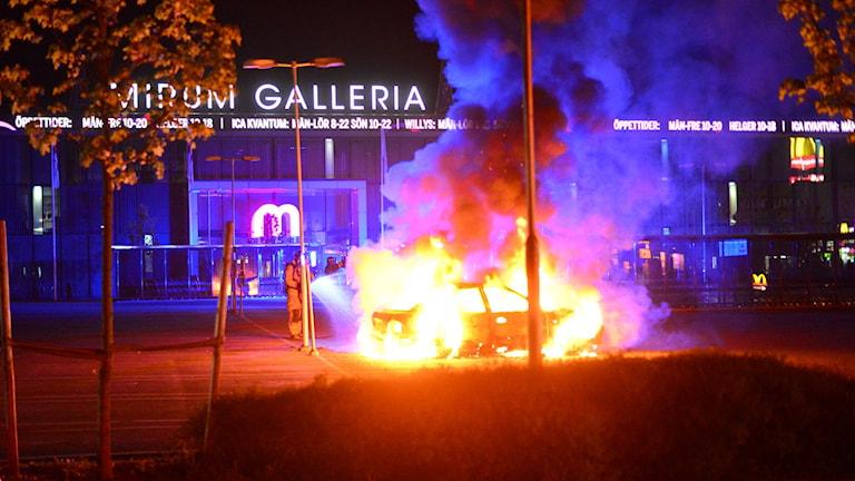Bilbrand utanför Mirum Galleria i Norrköping