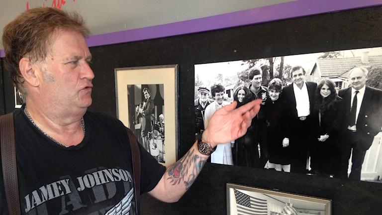 Lasse Lindfors visar upp privata foton under utställningen.