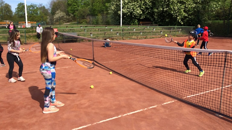 Åttaåringar överallt just nu i Norrköpings tennispark.