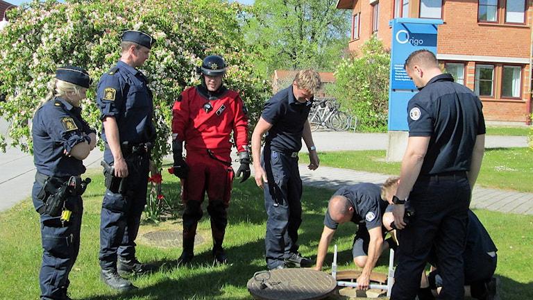 Polisen söker på universitetsområdet.
