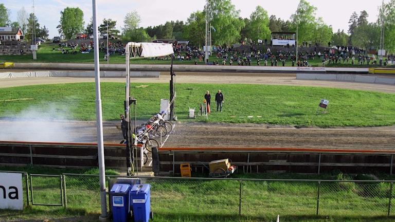 Speedwayförare radar upp sig inför start.