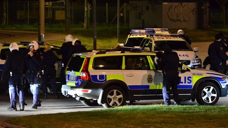 Poliserna som gick in i området utrustades sig med hjälmar.