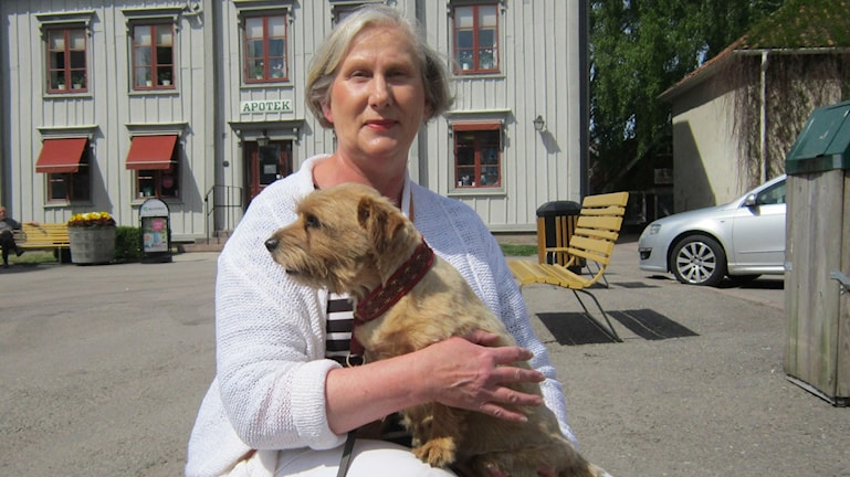 Yvonne Aspéria med hunden Siri i Vadstena.