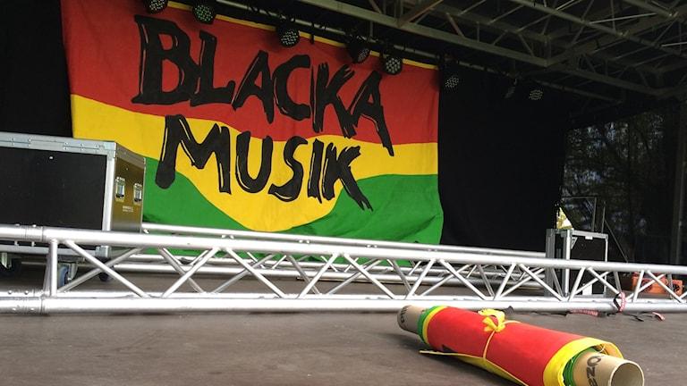 Scenen i parken vid Folkets hus i Skärblacka pimpas inför minneskonserten imorgon.
