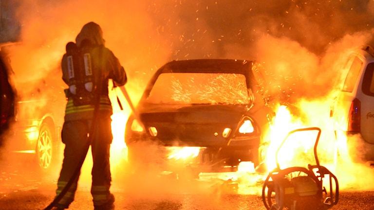Räddningstjänsten släcker brinnande bil i Hageby i natt.