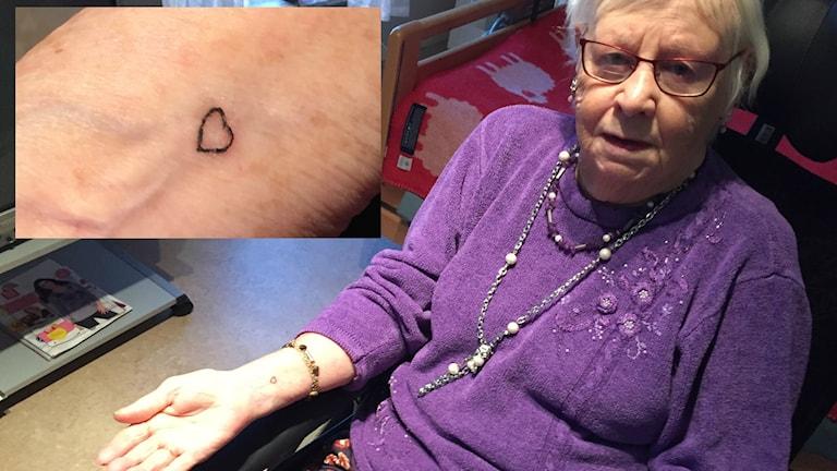 Sonja Aspestig visar upp sin nygjorda tatuering.