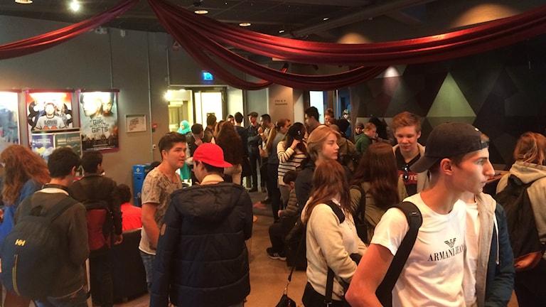 Elever samlas inför den första kompisbion på Cnema