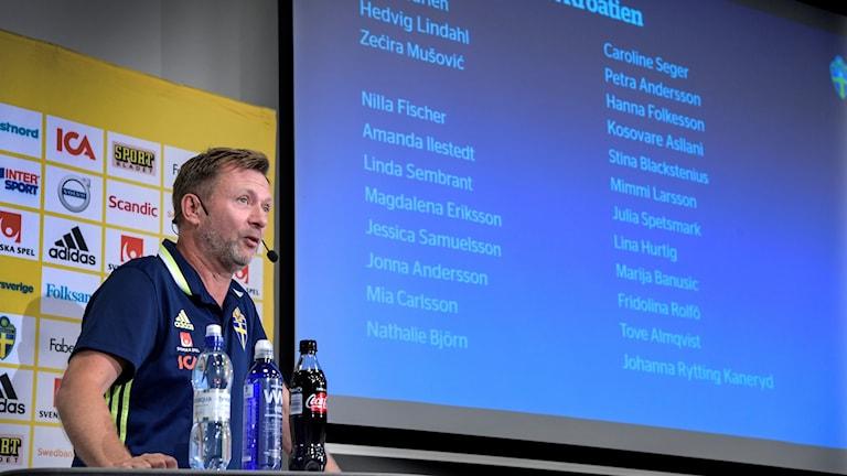 Peter Gerhardsson presenterar VM-kvaltruppen.