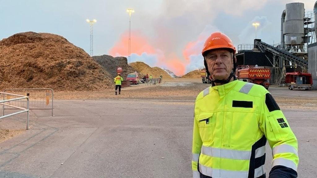 Björn Persson på Eon på brandplatsen under måndagen.