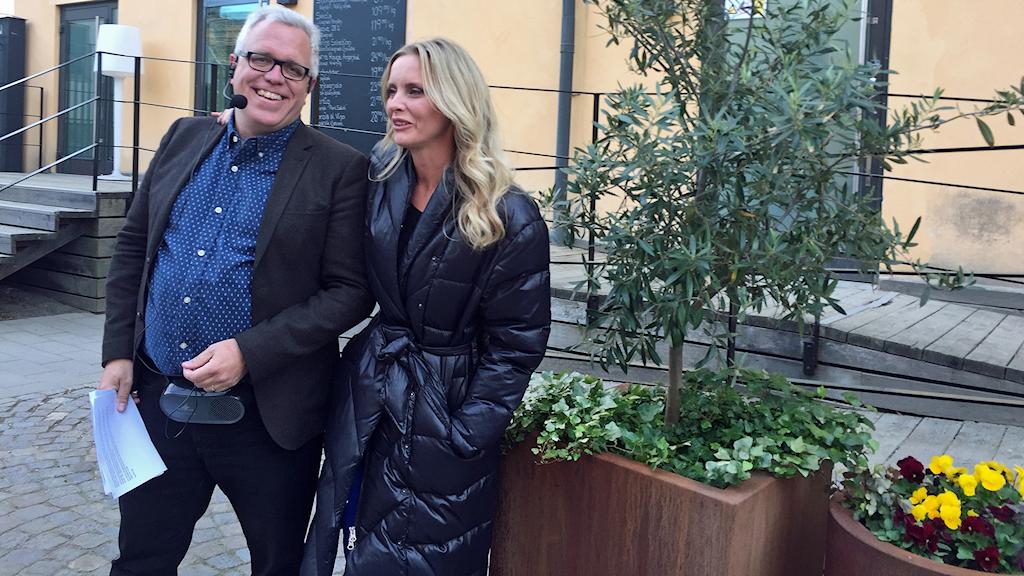 Deckarvandring med guiden Peter Kristensson och deckarförfattaren Emelie Schepp.
