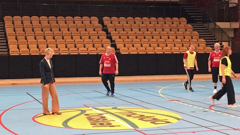 Landshövding Elisabeth Nilsson testar gåfotboll.
