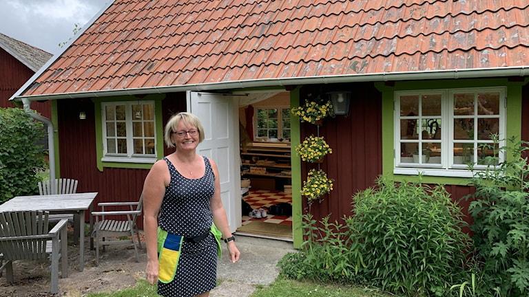Monica Karlsson står framför sin verkstad i Klockrike.