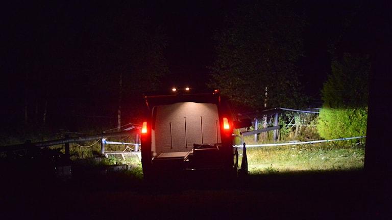 Polisbil vid avloppsbrunnen i Stjärnorp.