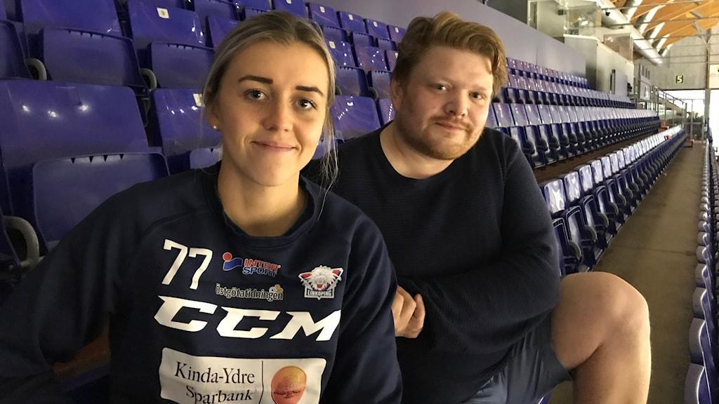 Center Linnea Johansson och tränare Thomas Thomas Pettersen på läktaren i Stångebro ishall.