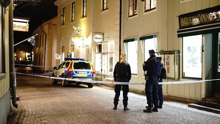 Tre personer ska i kväll ha rånat en guldsmedsbutik i Söderköping.