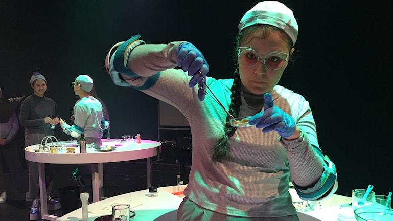 Ella Schartner spelar en av forskarna i pjäsen.