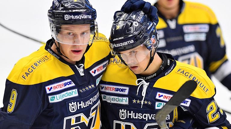 HV:s David Ullström grattas efter att ha kvitterat till 2-2 under måndagens ishockeymatch i SHL mellan HV71 och Karlskrona HK på Kinnarps Arena.