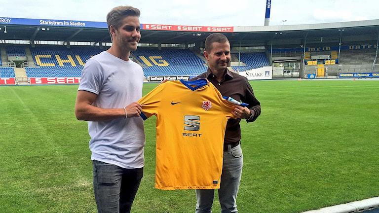 Christoffer Nyman håller Eintracht Braunschweig-tröjan tillsammans med sportchefen .