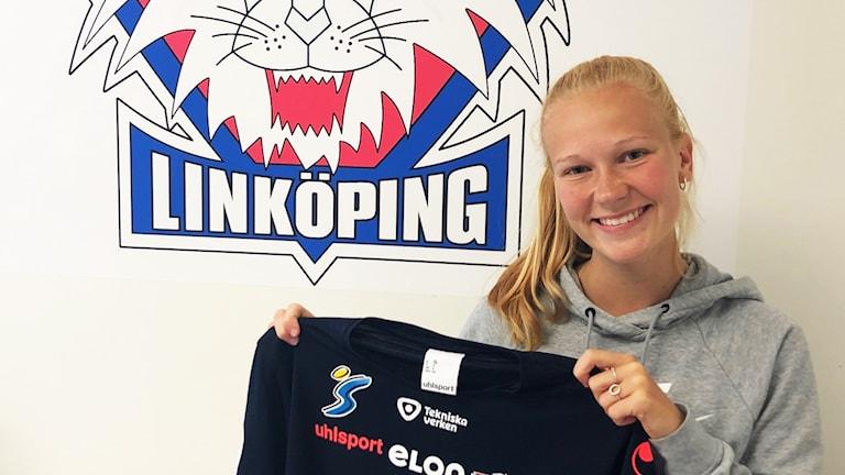 Sofie Bredgaard med LFC-tröjan i händerna
