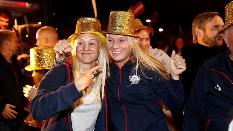 Pernille Harder och Stina Blackstenius i guldhattar.