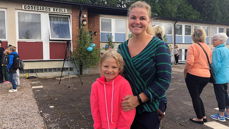 Eleven Siri Hjelmar och hennes mamma Pia vid nyinvigningen av Godegårds skola.