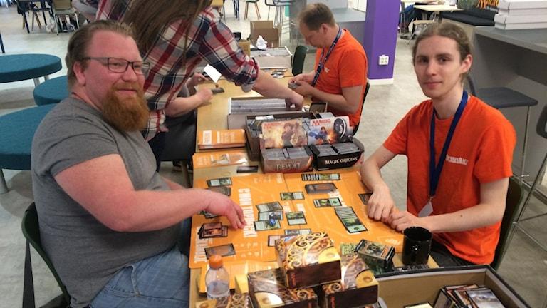 Björn Scheidmann och Niklas Berglin fokuserar på brädspelet Magic the Gathering.