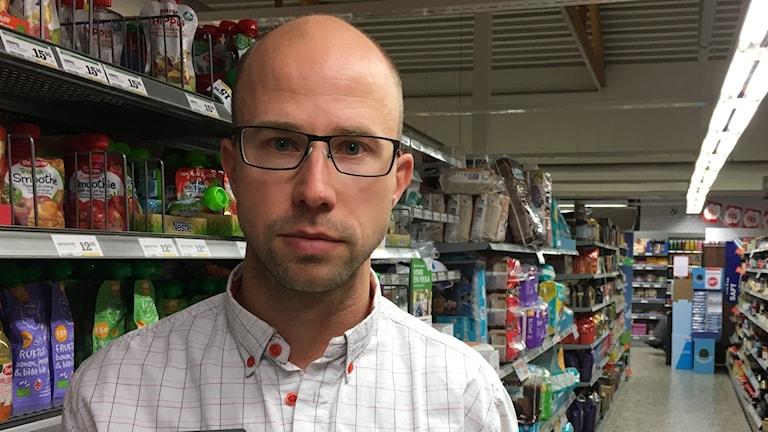 Leif Johansson bland hyllorna i sin och sambons livsmedelsbutik i Kisa.