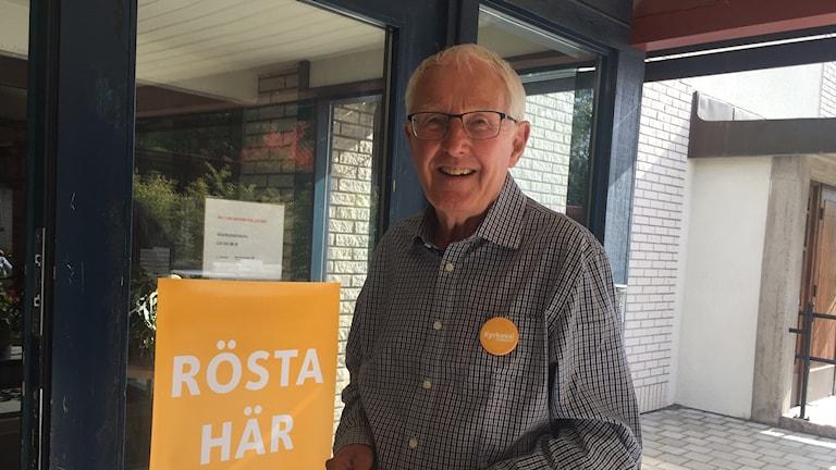 Göran Bergljung tar emot väljare i kyrkovalet i Söderledskyrkan i Norrköping.