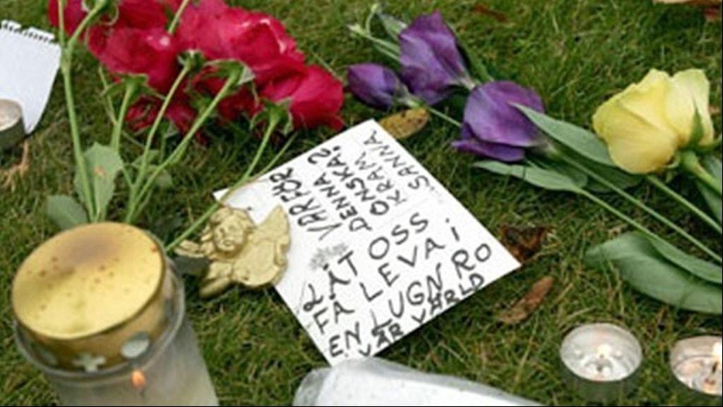 Blommor på platsen för dubbelmordet 2004