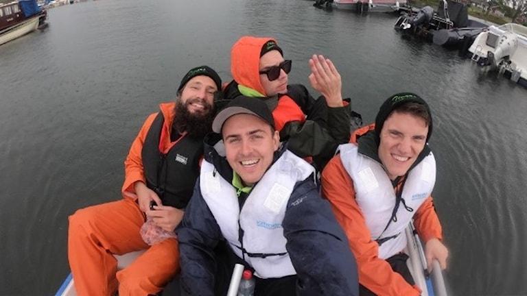 Viktor Stranbo med vännerna Viktor Elderby, Kristoffer Knutsson och Jonny Berg trampar trampbåt längs Göta kanal.