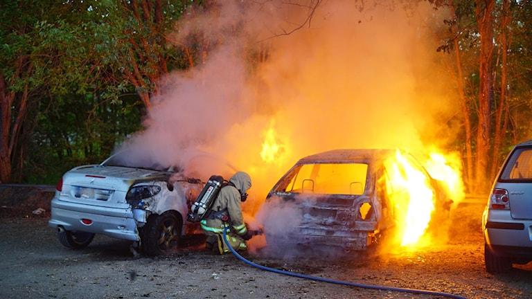 Två bilar förstördes i branden på Lindövägen och en tredje fick skador.