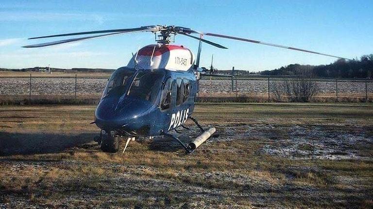 Polisen helikopter som används i sökandet efter en 20-årig man i Norrköping.