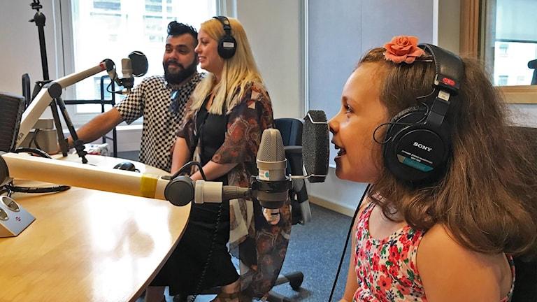 Nathaniel, Sofie och Melody Poorsand i studion.