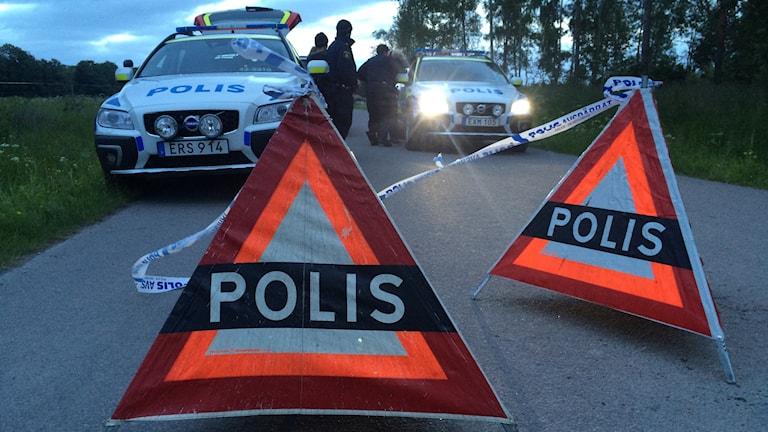 Poliser vid en avspärrning.