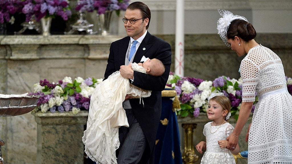 Prins Daniel med prins Oscar, prinsessan Estelle och kronprinsessan Victoria under prins Oscars dop i slottskyrkan på Stockholms slott.