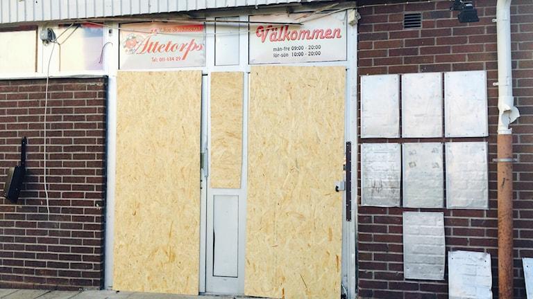 Explosionen ägde rum vid pizzerian och butiken i Ättetorp.