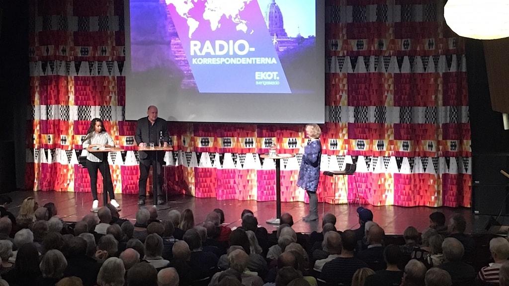 Utrikeskorrespondenterna Palmira Koukkari Mbenga och Staffan Sonning på Forumteatern i Linköping.