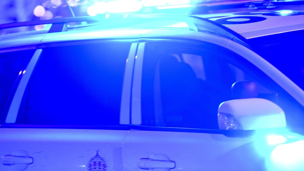 Blåljus på polisbil. Natt.