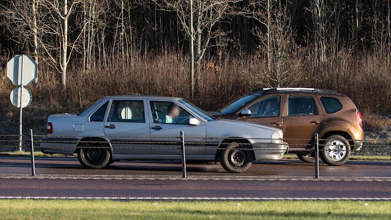 Bilar som möte på enkelriktad vägbana på en två-plus-ett-väg