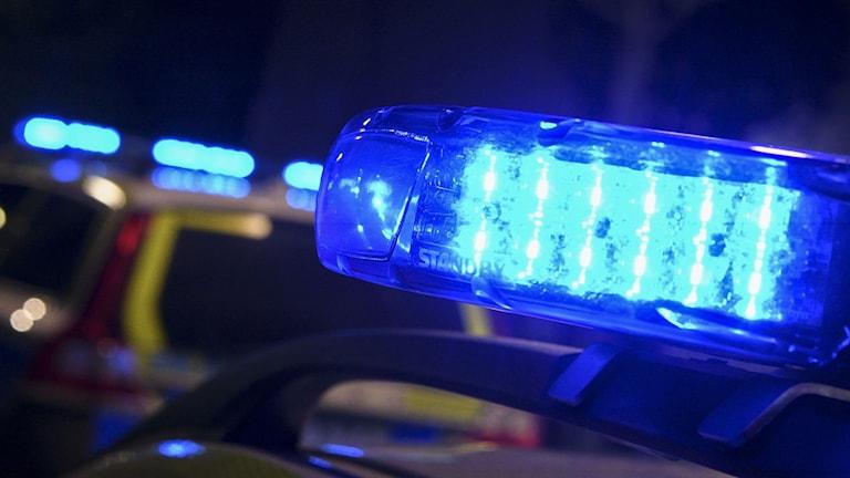 Polisbil med påslagna blåljus