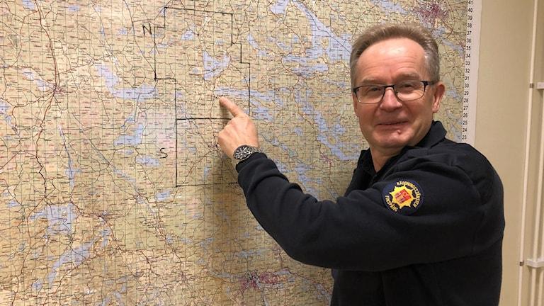 Bengt Eriksson framför en karta