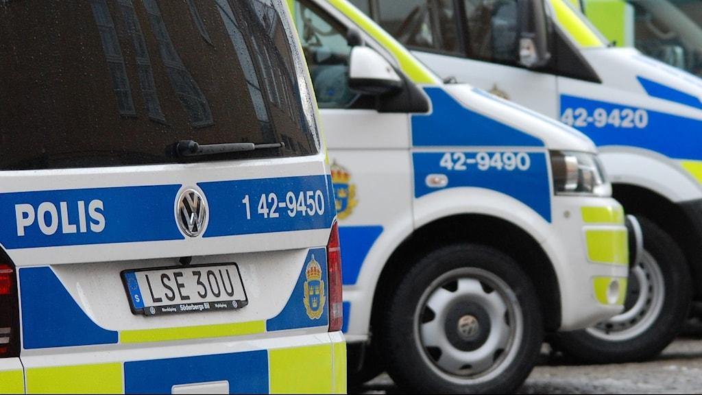 Bilden visar polisbilar.