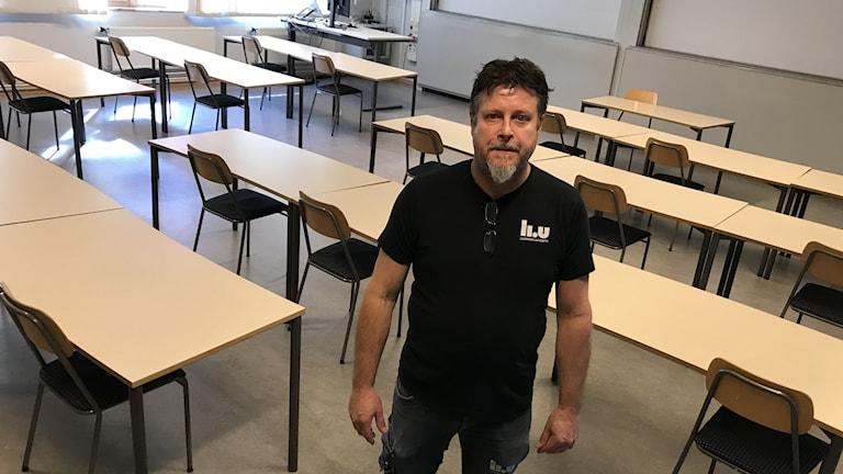 Man i lektionssal