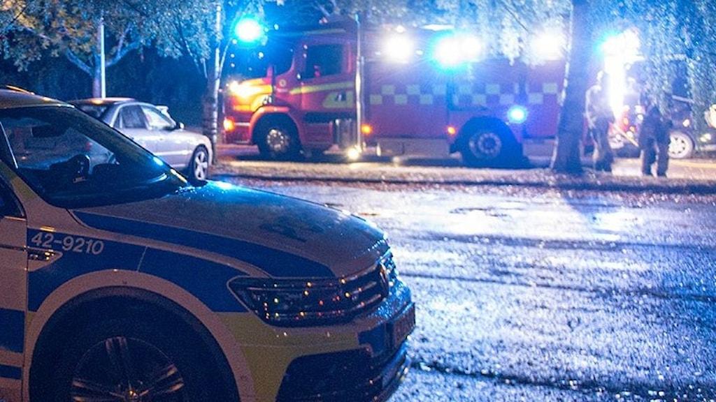 Polisbil i fronten, brandbil i fjärran.