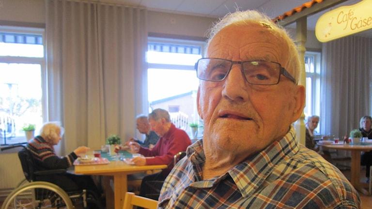 Erland Nilsson, 92 år bor i Boxholm. Här i matsalen i Bjursdalens trivselhus.